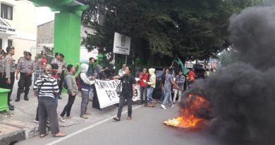 Mahasiswa Demo di Depan KPUD Kota Bekasi